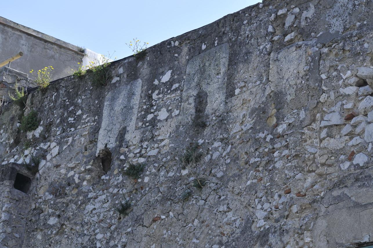 resti-di-merlature-delle-mura-medievali-di-capri