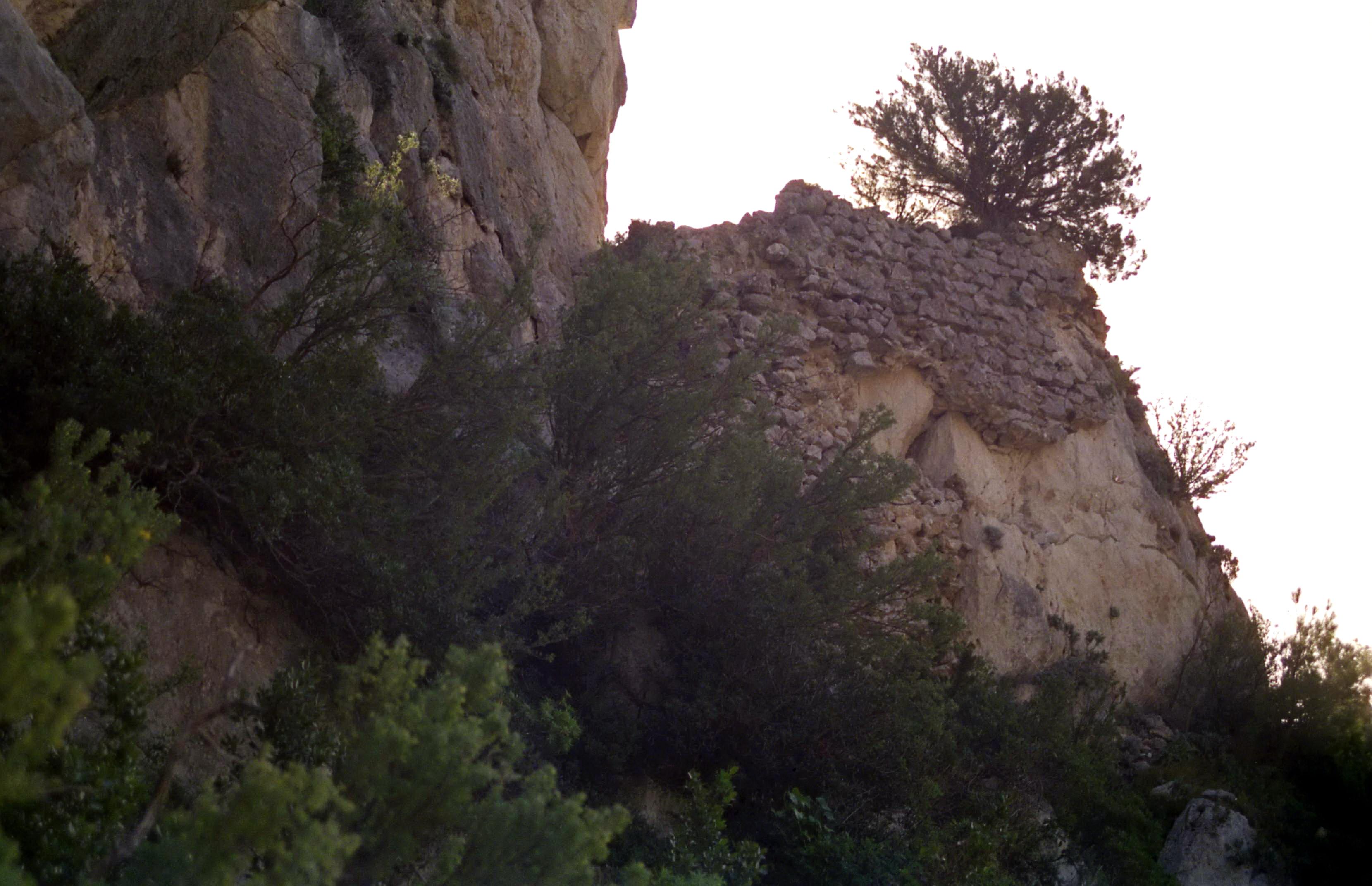 grotta-del-castiglione-ruderi-del-muro-di-protezione